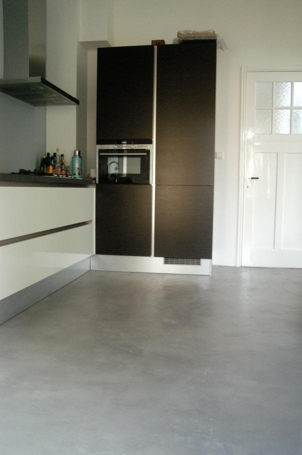 VERBAU beton-ciré keukenvloer. Kleur Gris Acier.