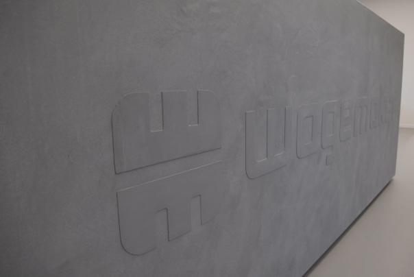 VERBAU-betonstuc, balie met logo Wagemaker