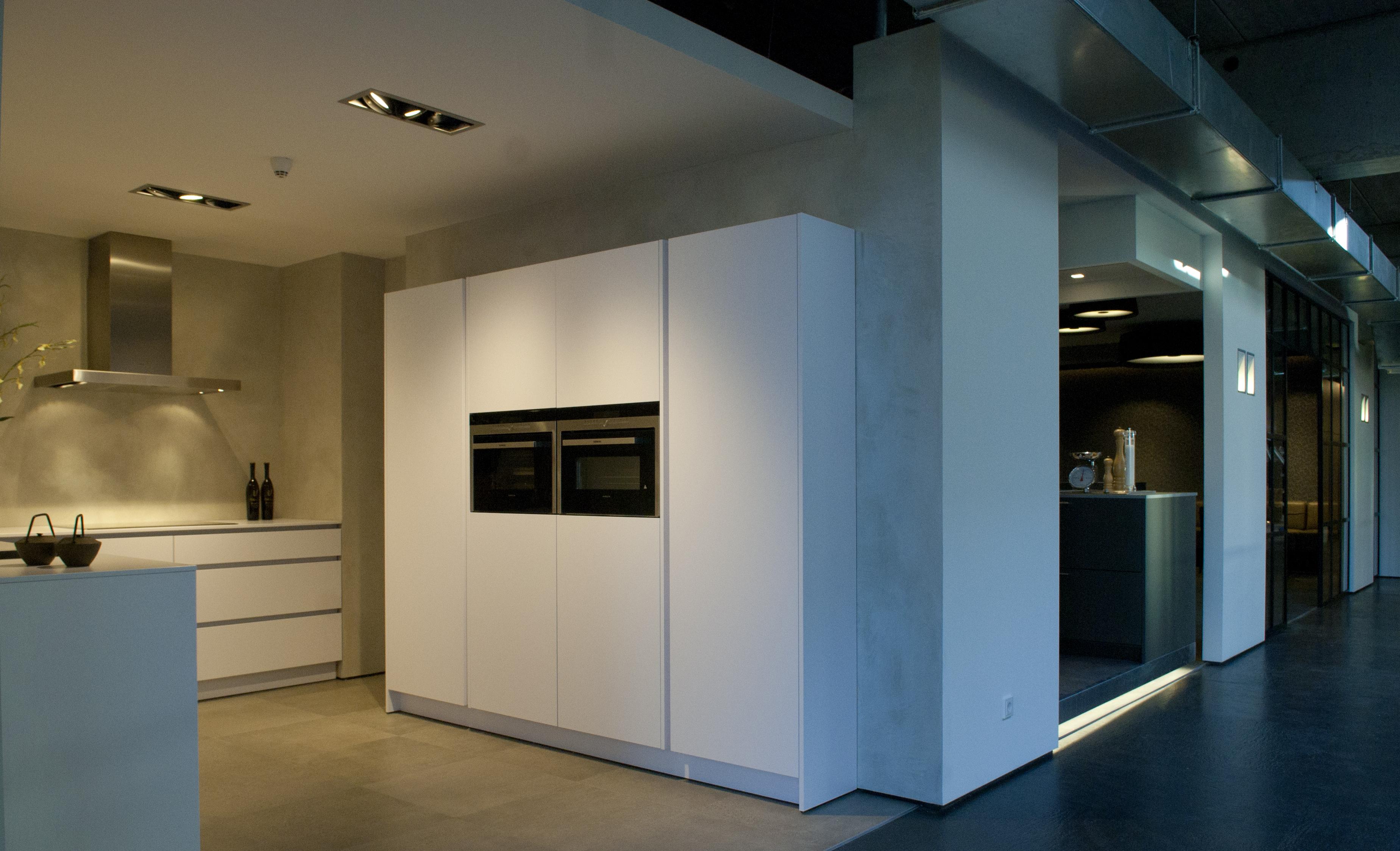 VERBAU betonstuc in nieuwe keukenshowroom Plieger aan A2   VERBAU