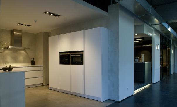 Plieger_opent_keukenshowroom_VERBAU-betonstuc