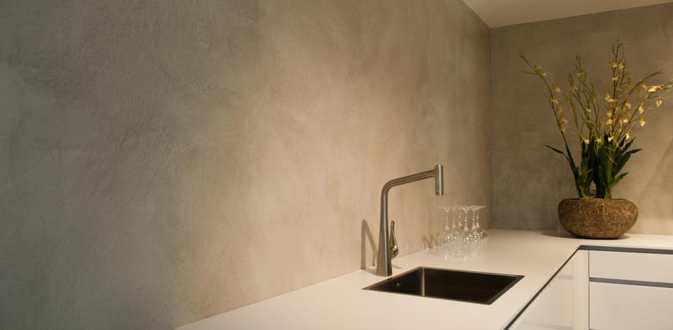 Keukenwand in VERBAU-betonstuc #06/8 lichte rivierklei. Te zien in de ...