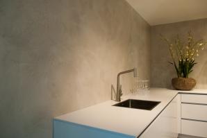 VERBAU-betonstuc_keukenwand_Plieger_#06:8_lichterivierklei