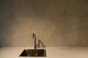 Keukenwand in VERBAU-betonstuc #06/8 lichte rivierklei. Te zien in de nieuwe keukenshowroom van Plieger, aan de A2 (afslag 17, Zaltbommel).