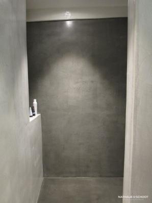 VERBAU-betonstuc, badkamer in kleru #01/128 steenkool (lichte wanden) en #05 donker graniet (vloer en donkere wand